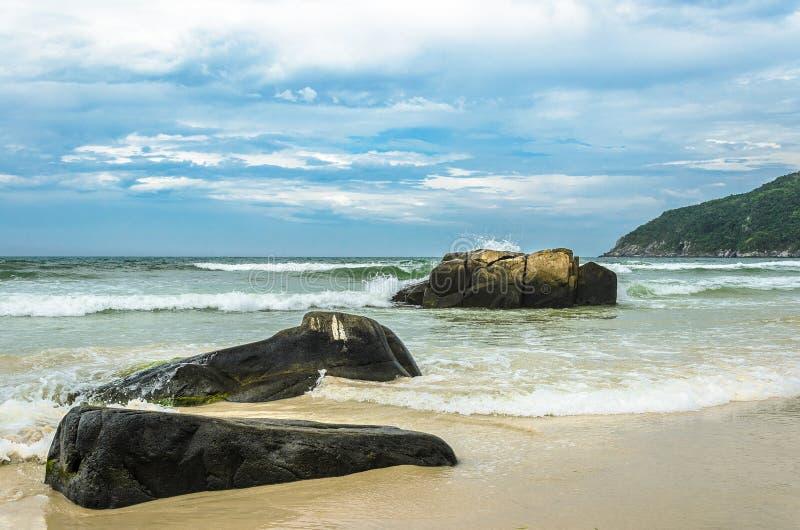 Seascape: Pedras enormes pelo beira-mar com espirro da água imagens de stock