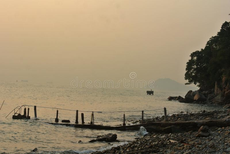 Seascape romântico com o cais característico no por do sol ilustração royalty free