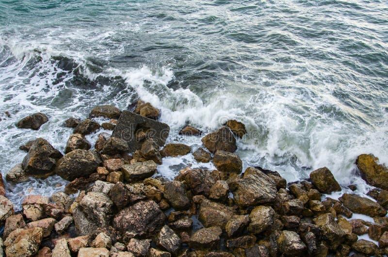 Seascape, seafoam burza na dzikim skalistym seashore zdjęcie royalty free