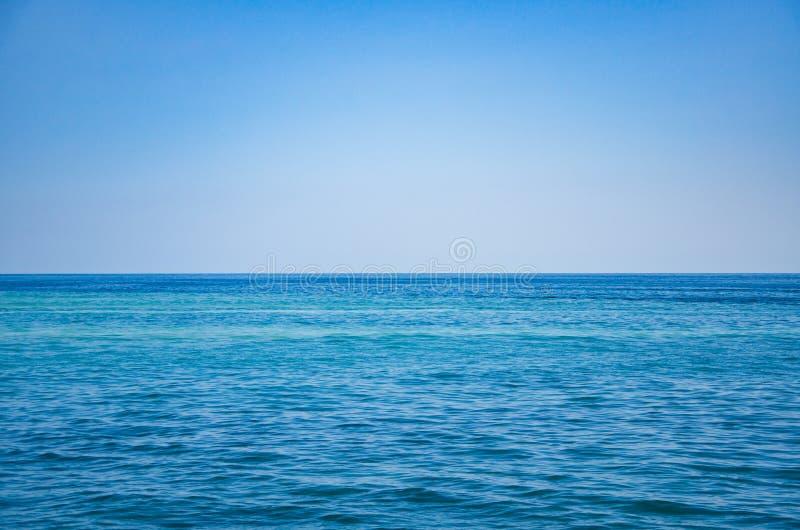 Seascape, sikt av havshorisonten och blå himmel royaltyfri bild