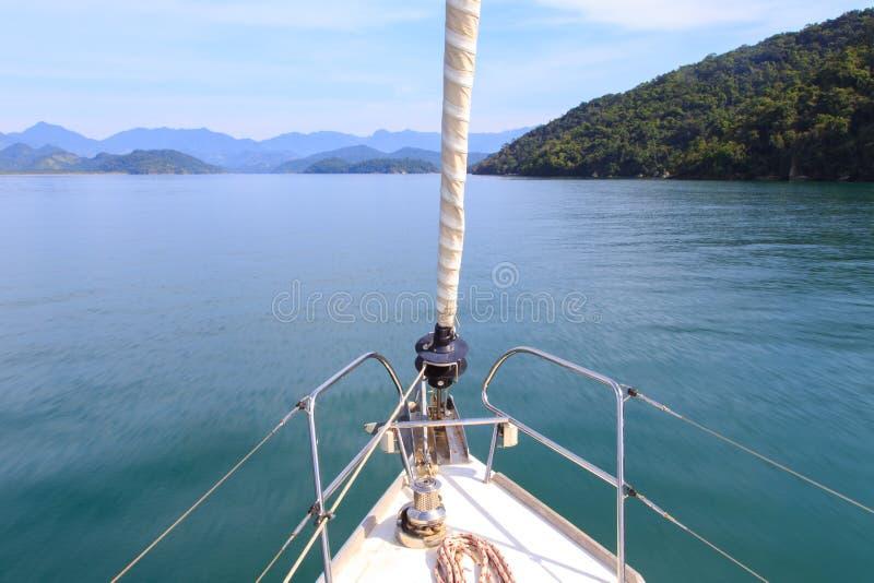 Seascape som tas från en segelbåt arkivfoto
