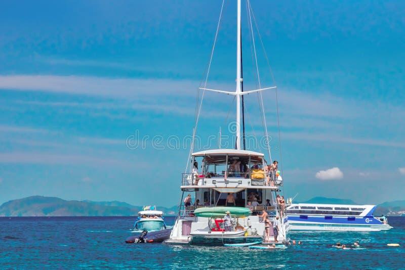 Seascape tropical com iate e lancha sobre o fundo bonito das montanhas, aventura luxuosa do verão, férias ativas no mar foto de stock royalty free