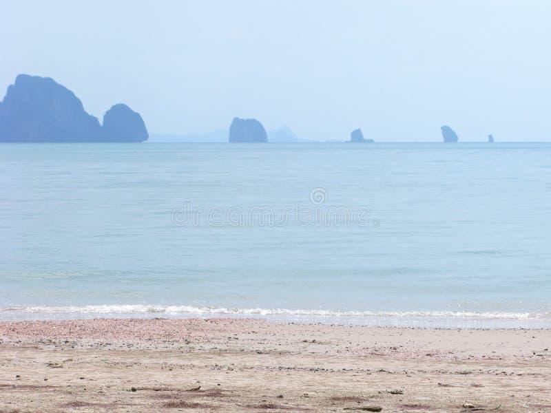 Seascape tropiska öar på horison, otta, lugna hav, ogenomskinlighet royaltyfri fotografi