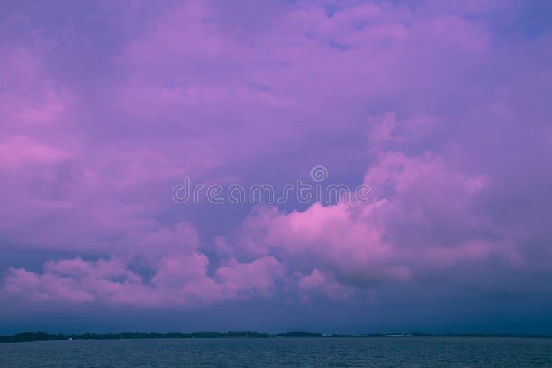 Seascape ultravioleta com nuvens