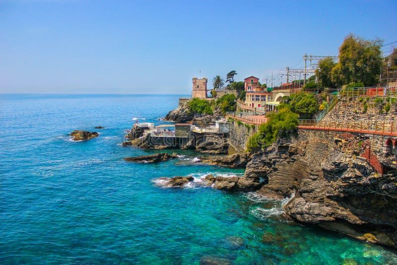 Seascape z Śródziemnomorskim skalistym deptakiem przy genuą Nervi i linią brzegową zdjęcia royalty free