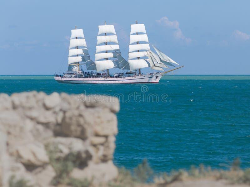 Seascape z białym żeglowania naczyniem zdjęcia royalty free