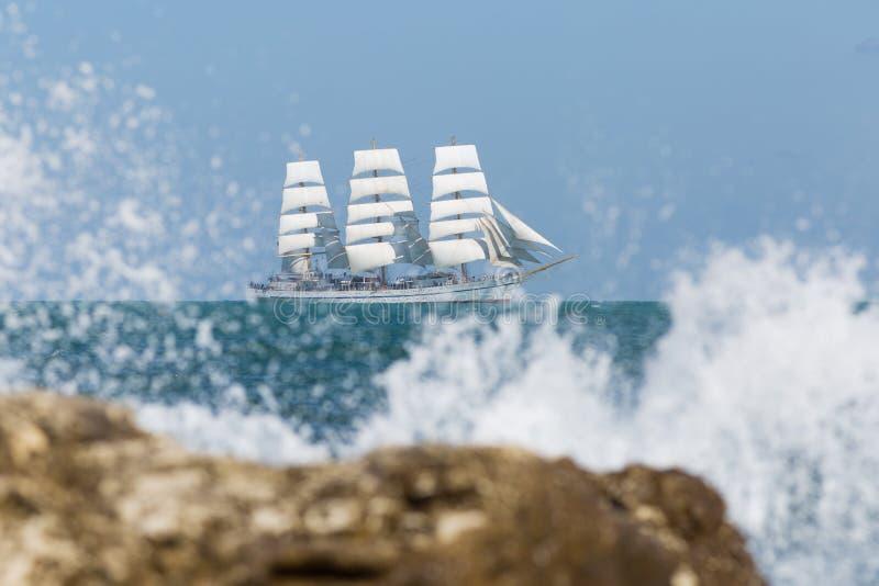 Seascape z białym żeglowania naczyniem unosi się w Czarnym morzu obraz stock