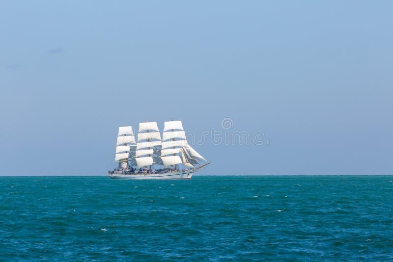 Seascape z białym żeglowanie statkiem zdjęcie stock