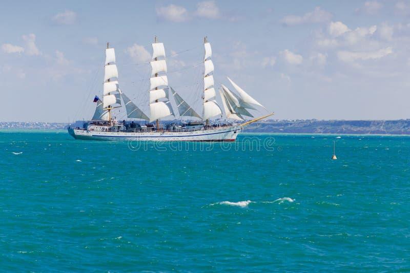 Seascape z białym żeglowanie statkiem unosi się w Czarnym morzu zdjęcia stock