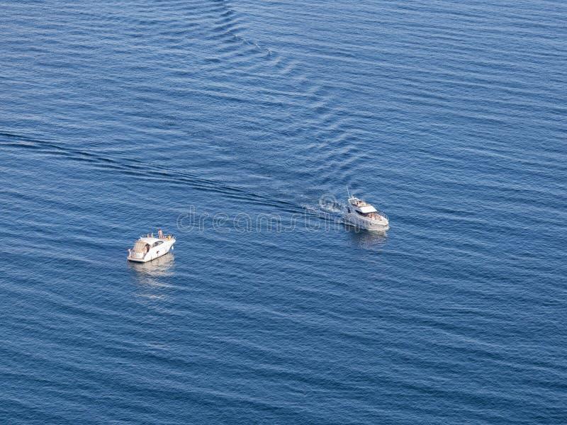 Seascape z białymi pasażerskimi łodziami obraz stock