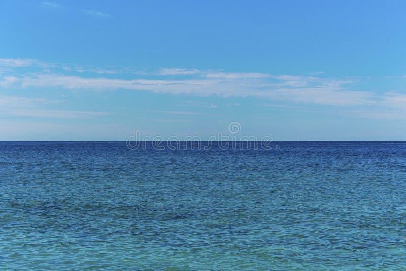 Seascape z dennym horyzontem i chmurnym niebem - tło zdjęcia royalty free