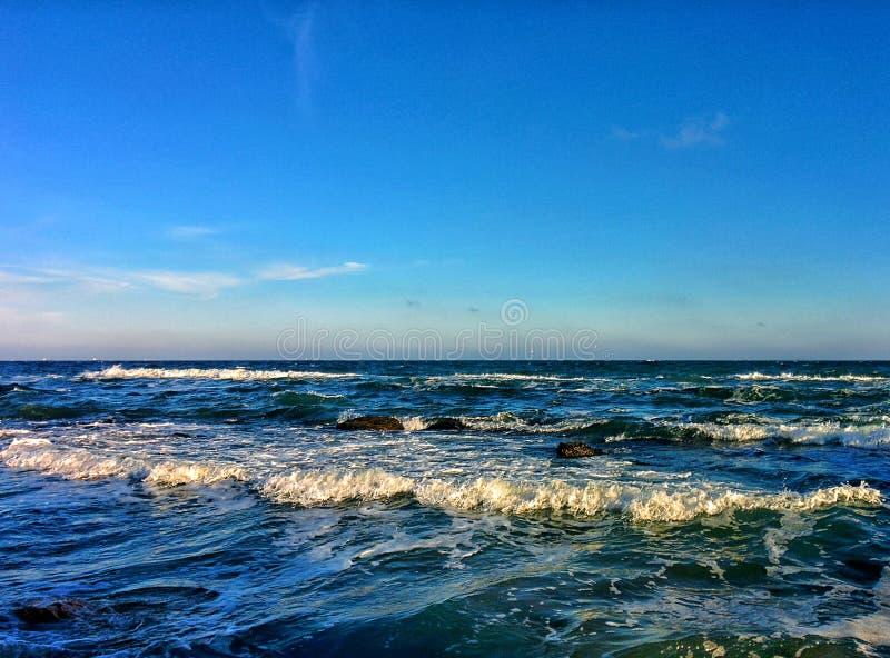 Seascape z fala i niebieskim niebem obrazy stock
