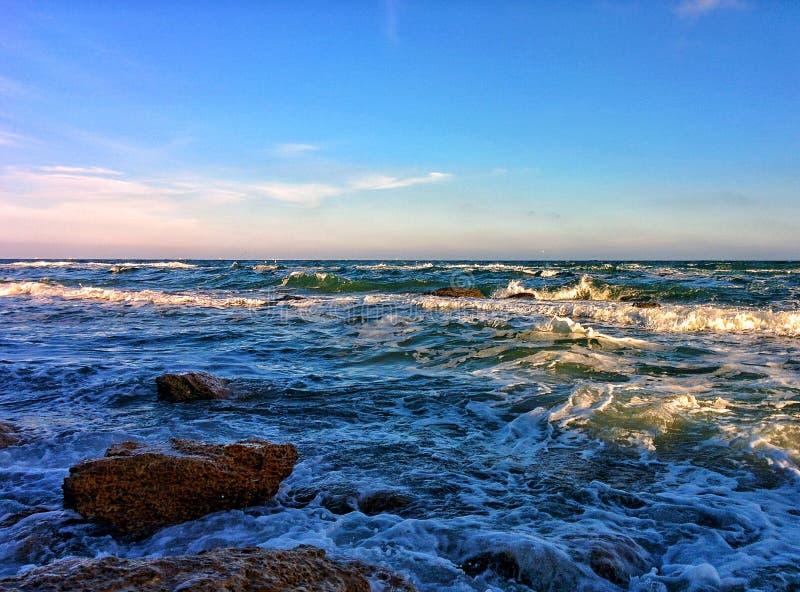 Seascape z fala i niebieskim niebem obraz royalty free