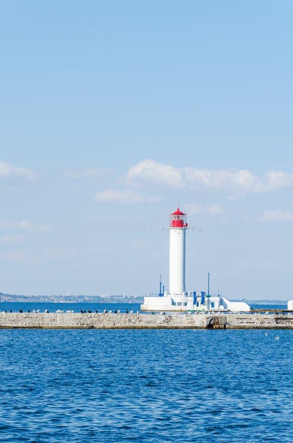 Seascape z latarnią morską w Odesa porcie obrazy stock