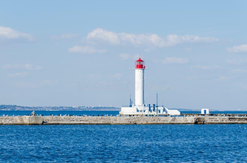 Seascape z latarnią morską w Odesa porcie fotografia stock