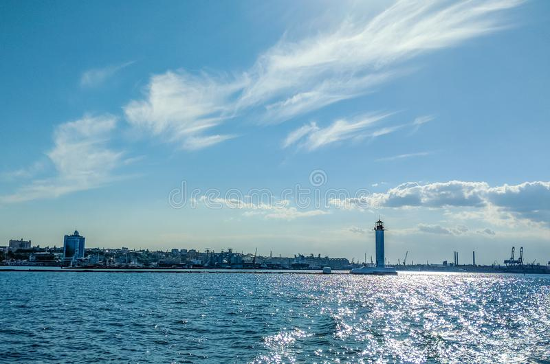 Seascape z latarnią morską w Odesa porcie zdjęcia stock