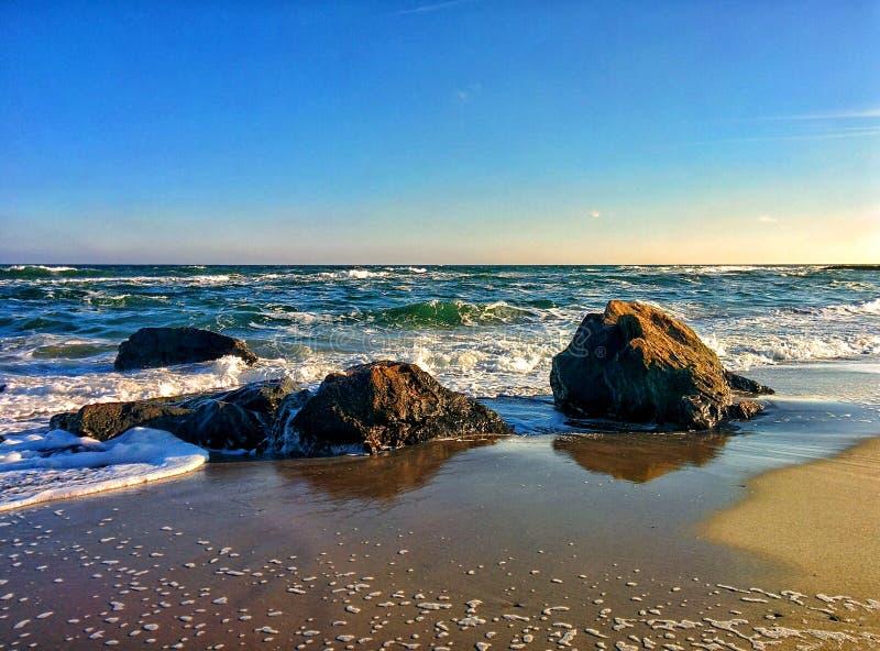 Seascape z nabrzeżnymi skałami i niebieskim niebem zdjęcie stock