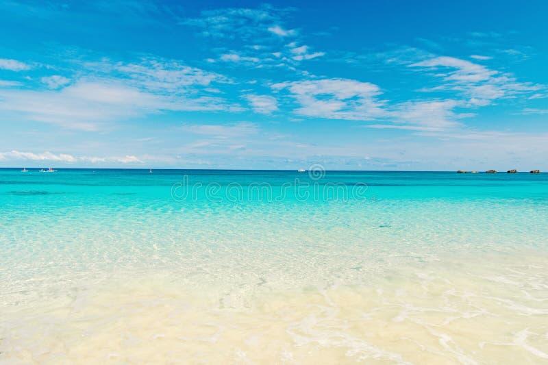 Seascape z przejrzystą wodą na niebieskiego nieba horison Morze plaża w Wielkim pocięgla cay, Bahamas na słonecznym dniu Lato zdjęcie royalty free