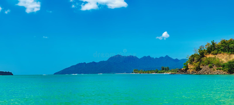 Seascape z wyspami na horyzoncie w Langkawi obrazy stock
