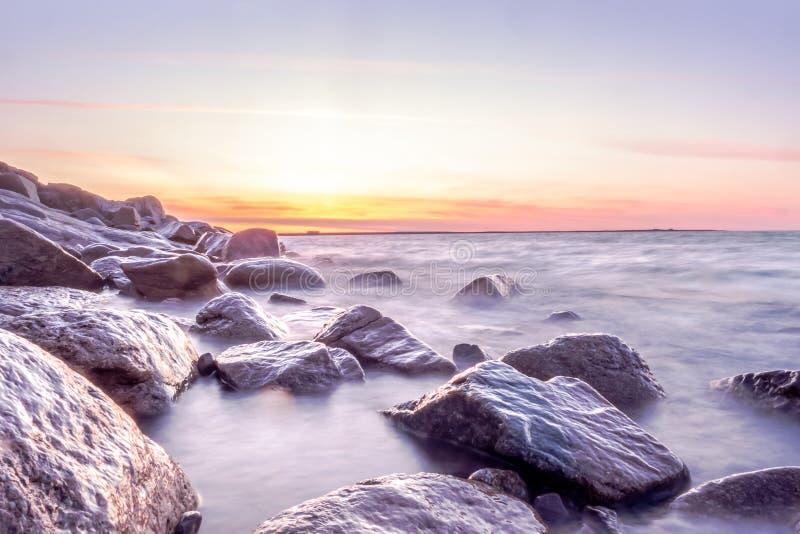 Seascape zmierzch przy skalistym wybrzeżem obrazy stock
