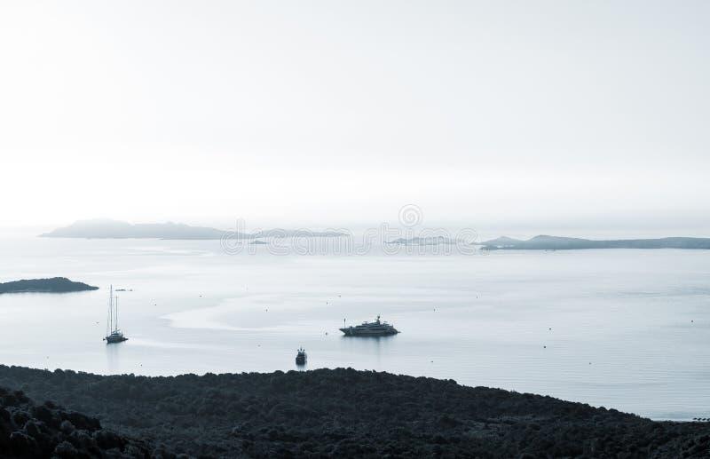 Seascapekustlinje med yachter tidigt på morgonen arkivfoton