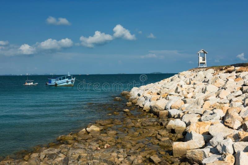Seascapesikt av fyren och fartyget, Rayong arkivfoton