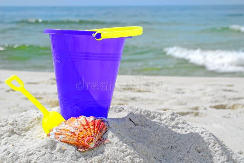seashell ведра пляжа стоковые фотографии rf