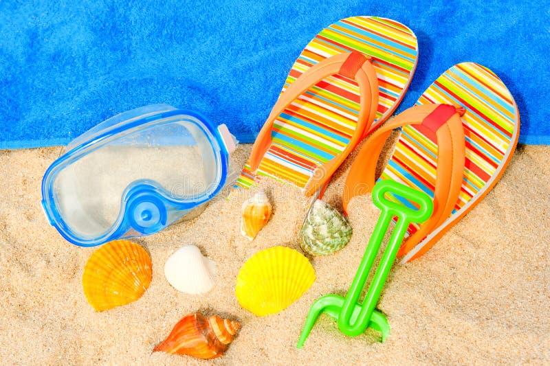 Seashells, ныряя маска и сандалии на пляже стоковые изображения