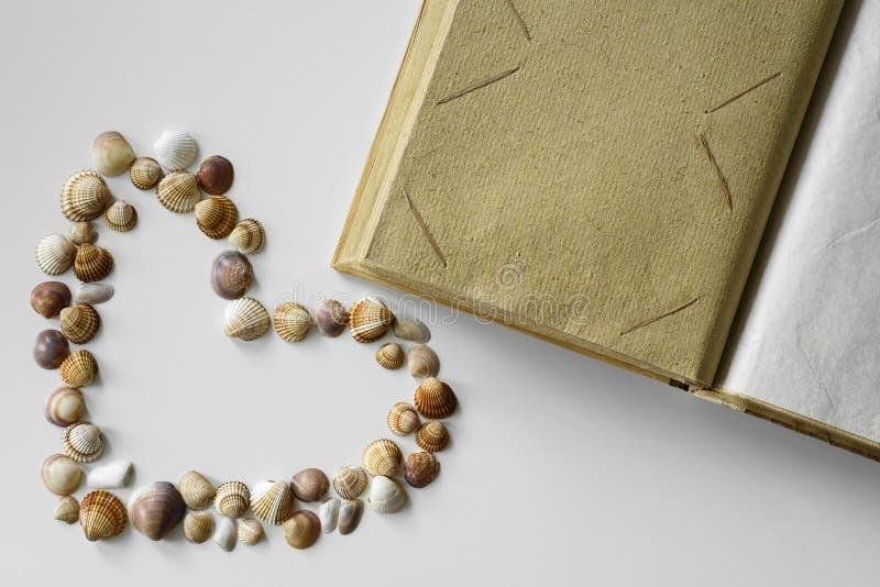 Seashells serca i papieru album fotograficzny obraz royalty free