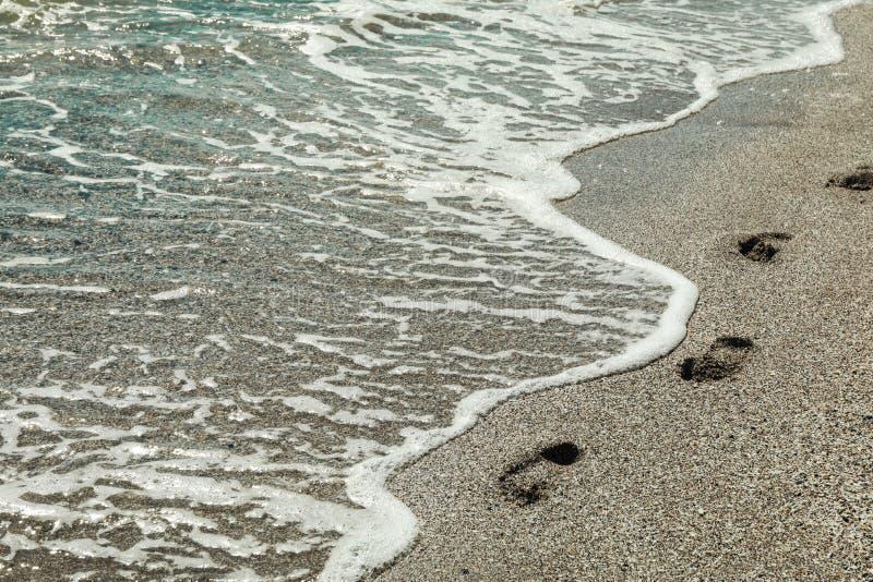 Seashore со следами ноги, космос для текста стоковое изображение rf