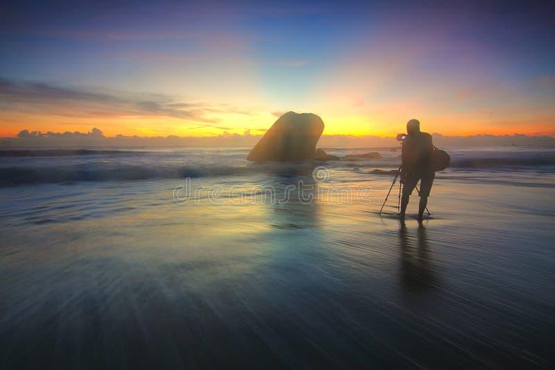 Фотография силуэта персоны на Seashore стоковое фото rf