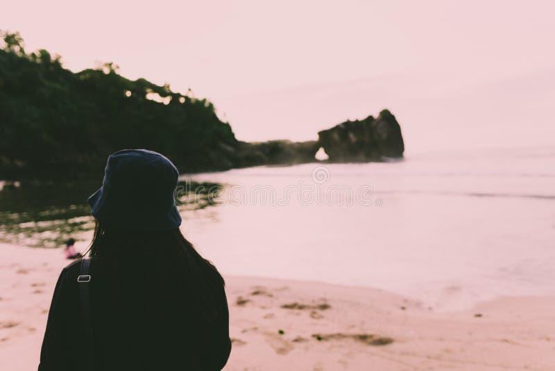 Силуэт персоны стоя на Seashore во время дневного времени стоковое изображение