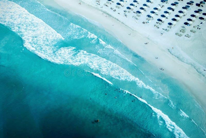 Воздушное фотографирование Seashore во время дневного времени стоковое фото