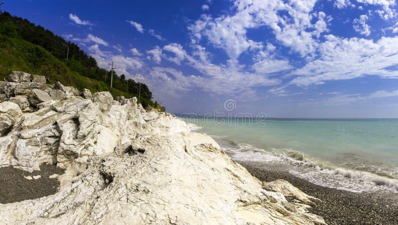 Seashore com rochas foto de stock royalty free