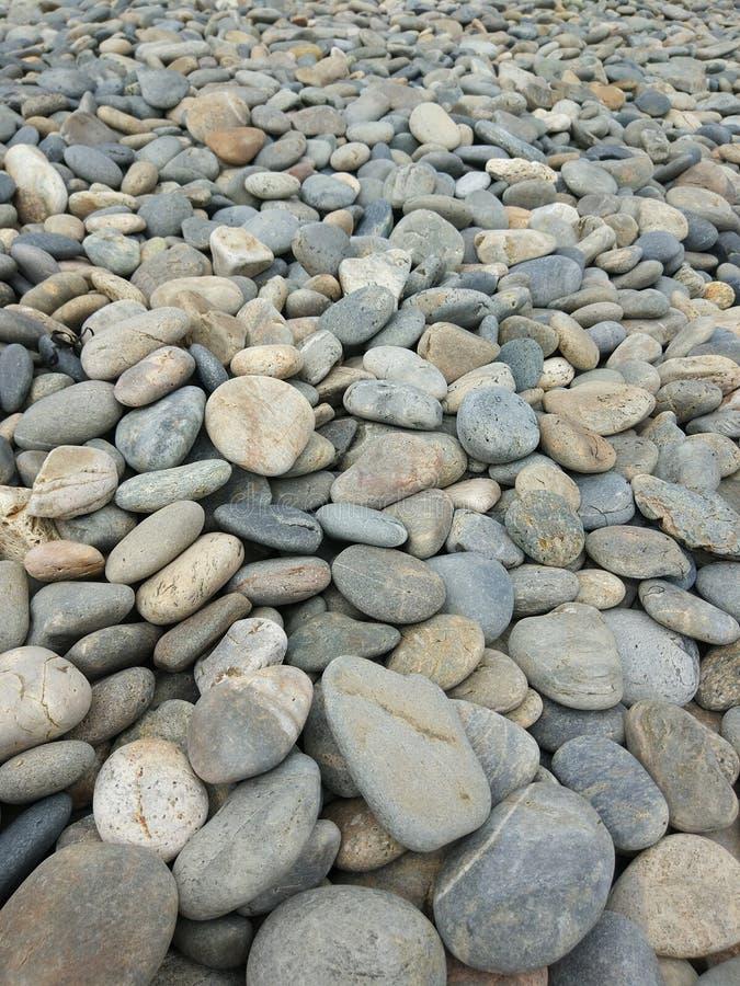 Seashore otoczaki w chmurzącym dniu zdjęcia stock