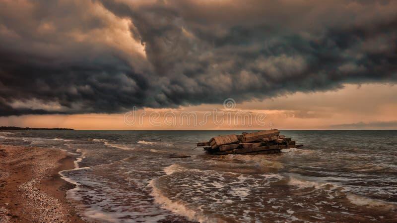 Seashore szalejący z dramatycznymi chmurami, natura fotografia stock