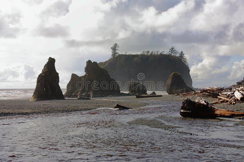 Seastacks en Donkere Wolken bij het Strand van de Robijn, Olympisch Nationaal Park, Washington royalty-vrije stock afbeeldingen