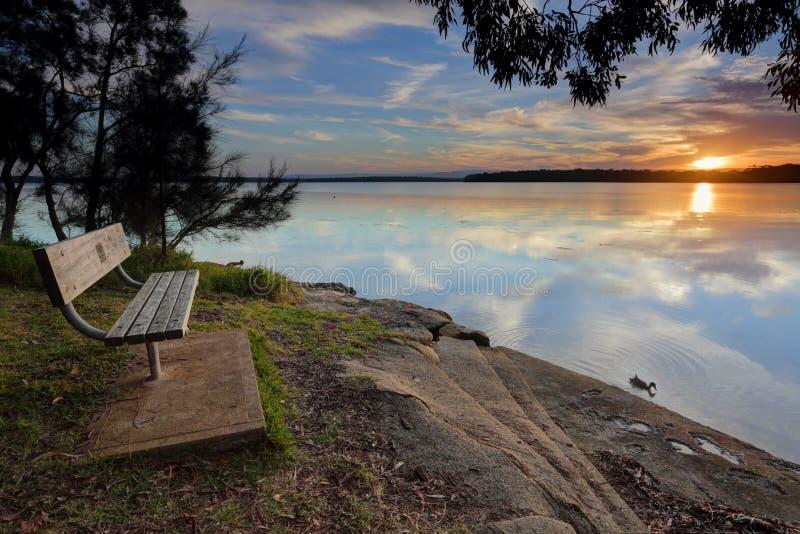 Seat con un St Georges Basin de la opinión de la puesta del sol fotografía de archivo