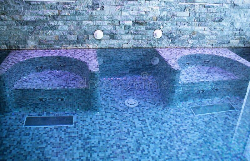 Seat in de pool met Jacuzzi royalty-vrije stock afbeeldingen