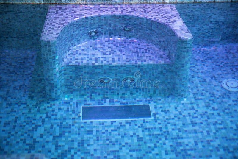 Seat in de pool met Jacuzzi stock afbeeldingen