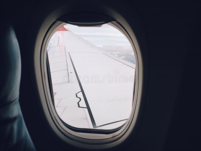 Seat dichtbij door venster van passagier op het vliegtuig royalty-vrije stock foto's
