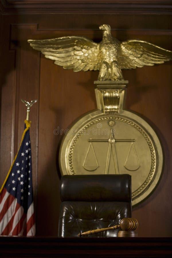 Seat du juge, oiseau, Gavel et drapeau américain devant le tribunal images stock