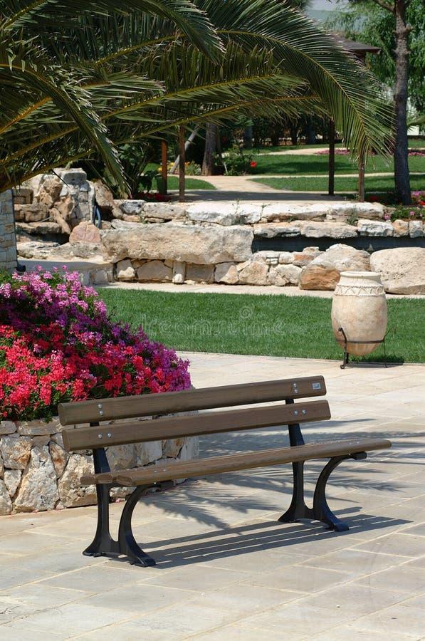 Seat in een tuin royalty-vrije stock afbeeldingen