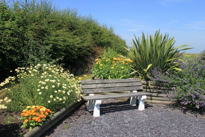 Seat en un jardín sensorial con las flores y las plantas imagen de archivo libre de regalías