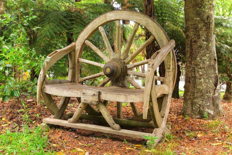 Seat machte aus einem alten Wagenrad in den Waldumgebungen heraus stockfotografie