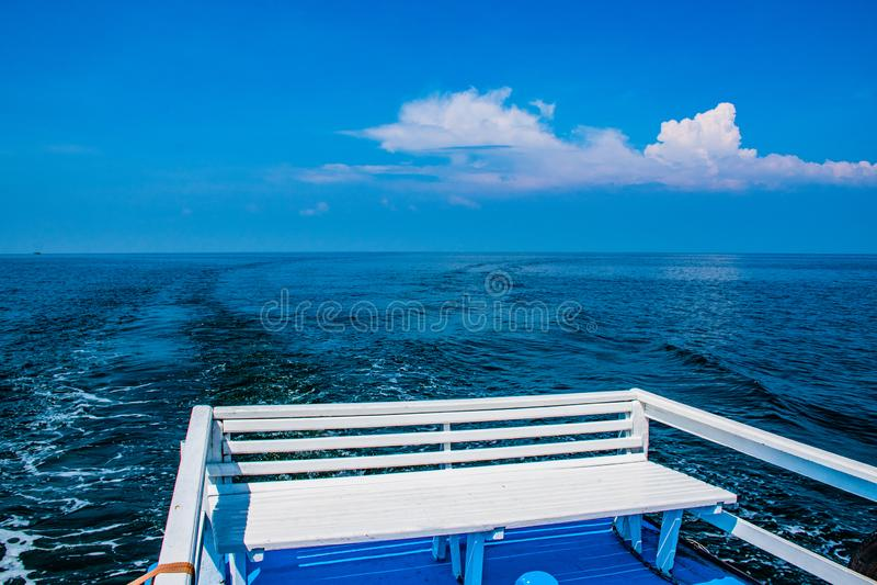 Seat na łodzi przy morzem obrazy stock