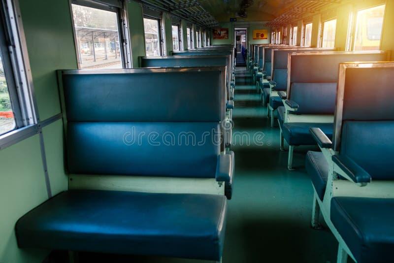Seat no trem velho com sol da noite imagens de stock