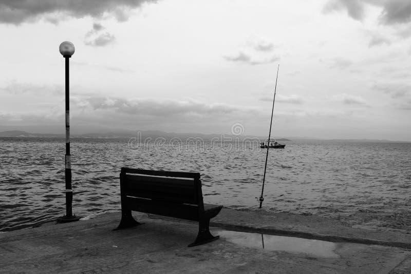 Seat par la mer Réverbère et canne à pêche photo stock