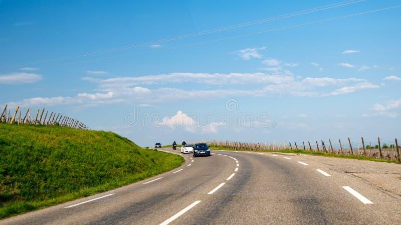 Seat, Porsche convertibel en twee motorrijders die in konvooi drijven stock afbeeldingen