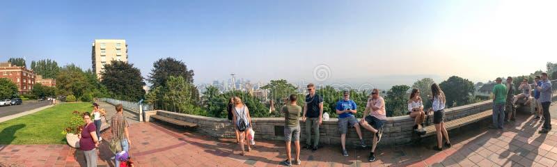SEATTLE - 8 AOÛT 2017 : Les touristes apprécient la vue de paysage urbain de Kerr image stock